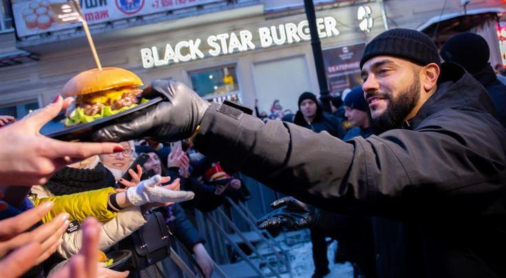 «Хлопну бургер за здоровье Собянина и Грефа». Зачем Тимати заложил бренд Black Star Burger?