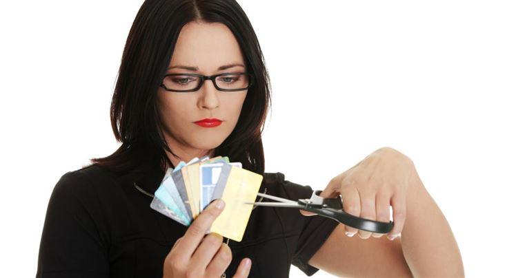 Центробанк дотянулся до карманов: выдача карт рухнула на 20%